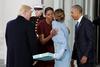 Το δώρο-μυστήριο που πρόσφερε η Μελάνια Τραμπ στη Μισέλ Ομπάμα (video)