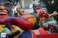 Πάτρα: Εντυπωσίασαν τα άρματα του Δήμου στην νυχτερινή παρέλαση (pics)