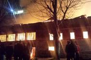 Αίγιο: Μεγάλη πυρκαγιά σε κτίριο δίπλα στην Παναγία Τρυπητή