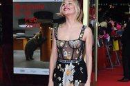 H Sienna Miller εμφανίστηκε χωρίς σουτιέν και με αντρικό μποξεράκι μέσα από την τουαλέτα (pics)