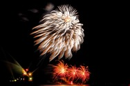 Τα πυροτεχνήματα της τελετής λήξης «ζωγράφισαν» τον ουρανό της Πάτρας (pics)