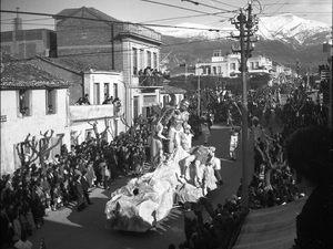 Καρναβάλι - ρετρό: Τότε που τα πληρώματα του κρυμμένου θησαυρού, χωρούσαν σε ένα αμάξι (pics)