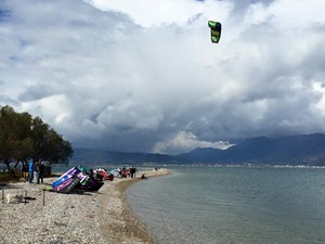 H καλή μέρα οδήγησε τους kitesurfers στο Δρέπανο! (video)
