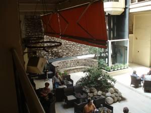 Πήγαμε στον δρόμο όπου οι δικηγόροι πίνουν τον καφέ τους - Βόλτα στην Φιλοποίμενος (pics)