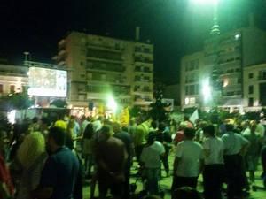 Πάτρα: Κόσμος πανηγυρίζει την επικράτηση του «Όχι» στην πλατεία Γεωργίου - Δείτε φωτογραφίες