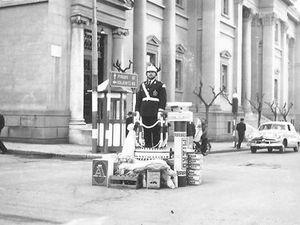 Ρετρό: Όταν ο τροχονόμος ρύθμιζε την κυκλοφορία στο κέντρο της Πάτρας!
