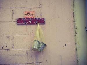 Πάτρα: Ο «τοίχος της καλοσύνης» της Βορείου Ηπείρου βάφτηκε με συνθήματα