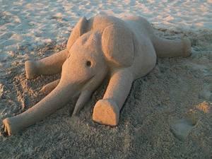 Άλλοι μαζεύουν βότσαλα, άλλοι φτιάχνουν κάστρα και ο Σαράντης κομψοτεχνήματα από... άμμο! (pics)