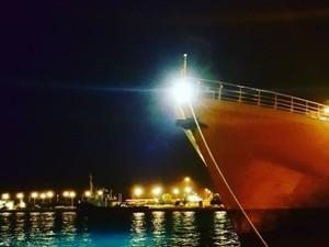 Αγναντεύοντας το φεγγάρι από το λιμάνι της Πάτρας