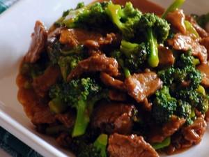 Συνταγή για κοκκινιστό μοσχαράκι με μπρόκολο