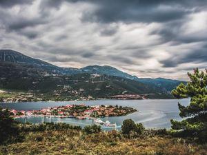 Τριζόνια - Απόδραση από την Πάτρα, στο μαγικό νησάκι της Φωκίδας! (video)