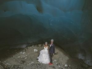 Ένας φανταστικός γάμος σε σπηλιά - Ζευγάρι παντρεύτηκε με μόνο καλεσμένο το σκύλο του!