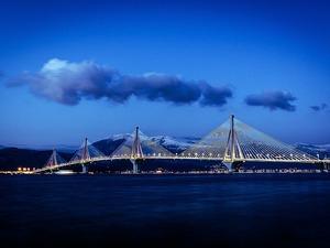 H Γέφυρα Ρίου - Αντιρρίου, με φόντο το χιόνι, δείχνει πιο μαγική από ποτέ!