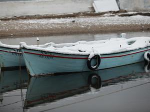 Στο Παλαιό Φάληρο πάγωσαν και οι βάρκες (pics)