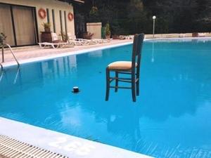 Ο Κώστας Κρομμύδας έβαλε μια καρέκλα στην παγωμένη πισίνα!