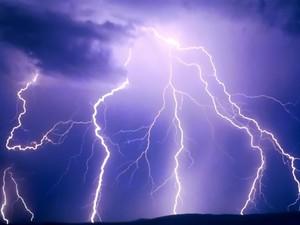 Όταν ο κεραυνός ενώθηκε με την αστραπή στον ουρανό της Πάτρας - Δείτε βίντεο