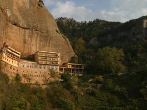 Το ιστορικό μοναστήρι των Καλαβρύτων που προκαλεί δέος και καθηλώνει! (pics+video)