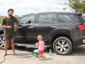 Δείτε πως μπορείτε να πλύνετε το αυτοκίνητο με το μωρό σας (video)