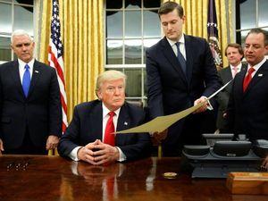 Ο Ντόναλντ Τραμπ μόλις μπήκε στον Λευκό Οίκο, άλλαξε τις κουρτίνες (pics)