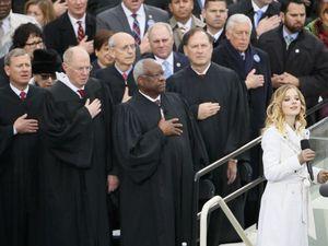 Η 16χρονη που τραγούδησε τον εθνικό ύμνο της Αμερικής στην ορκωμοσία Τραμπ (vids)