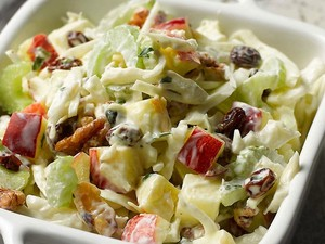 Σαλάτα με μαρούλι, σταφίδες και μήλο