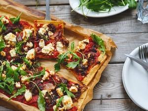 Πίτσα με κρεμμύδι, ντομάτα και φέτα