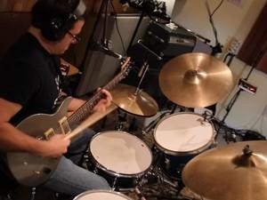 Τραγουδιστής, ντράμμερ και κιθαρίστας... ταυτόχρονα (video)