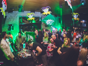 Χαμός στο «Καρναβάλι με ΠΑΣΟΚ» στο Disco Room, με guest την Έφη Θώδη (pics+video)