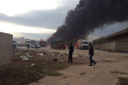 Μαχητικά αεροσκάφη βομβάρδισαν κομβόι φορτηγών στα σύνορα Τουρκίας- Συρίας (vids)