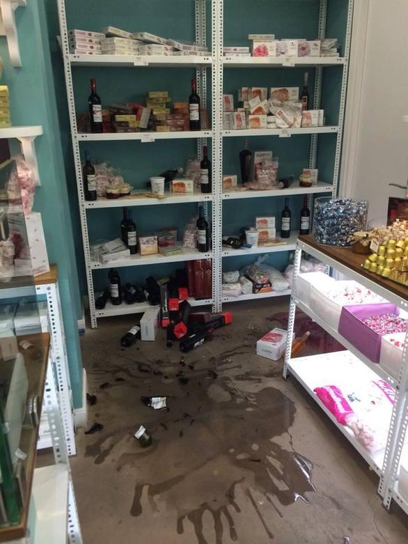 Ζημιές στο Αίγιο - Κλίση πήρε ένα ακατοίκητο κτίριο, στους δρόμους οι κάτοικοι μετά τον σεισμό (pics)