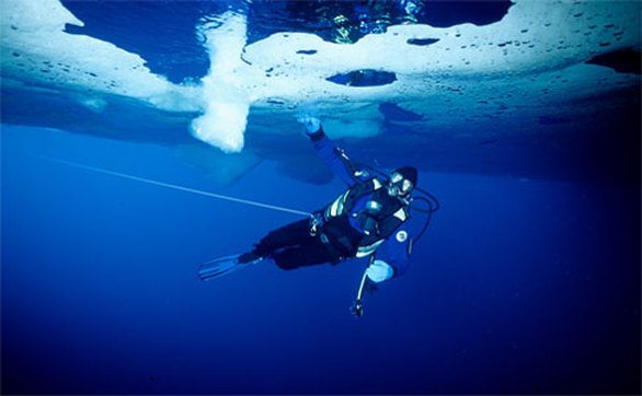 Ice diving ή αλλιώς κατάδυση σε… πάγο είναι ένα σπορ που πραγματοποιείται σε διάφορες χώρες, με το Tignes της Γαλλίας να κερδίζει αρκετό κόσμο με την έξοχη περιγραφή του: «Ενδιαφέρον, εκπληκτικό, σαγηνευτικό. Χωρίς τον παραμικρό θόρυβο ή κίνηση. Εδώ, οι φυσαλίδες του αέρα χορεύουν, καθώς οι ακτίνες του ήλιου ή του το φως του φεγγαριού χοροπηδούν πάνω στην παγωμένη επιφάνεια». Πολύ ωραία. Σχεδόν ξεχνάς ότι πρόκειται να βουτήξεις σε νερό με θερμοκρασίες να κυμαίνονται από 0-4 βαθμούς.