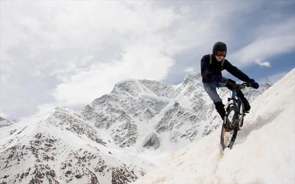 Μετά το mountain bike, ήρθε και το snow biking που δεν είναι άλλο από το ποδήλατο σε χιόνι. Για το άθλημα αυτό χρειάζονται μεγάλα λάστιχα, σε ένα κατά τ' άλλα κανονικό ποδήλατο και τα τελευταία χρόνια αρχίζει να γίνεται πολύ δημοφιλές στη βόρεια Αμερική. Στον Καναδά, μάλιστα, στο Whitewater υπάρχουν ειδικά μονοπάτια που εκτείνονται σε 5 χιλιόμετρα, για όσους λατρεύουν το ποδήλατο παντός καιρού.