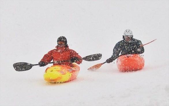 Φανταστείτε να κάνετε καγιάκ σε μια ήρεμη λίμνη, με τον ήλιο να ζεσταίνει το δέρμα σας και ένα απαλό αεράκι στο πρόσωπό σας. Τώρα όπου ήρεμη λίμνη βάλτε ανώμαλο χιόνι και ζήστε ένα από τα πιο πρόσφατα extreme sport του χειμώνα. Δυστυχώς, το καγιάκ στο χιόνι επιτρέπεται σε λίγες περιοχές, με το βουνό Monarch στο Κολοράντο να είναι μια από αυτές.