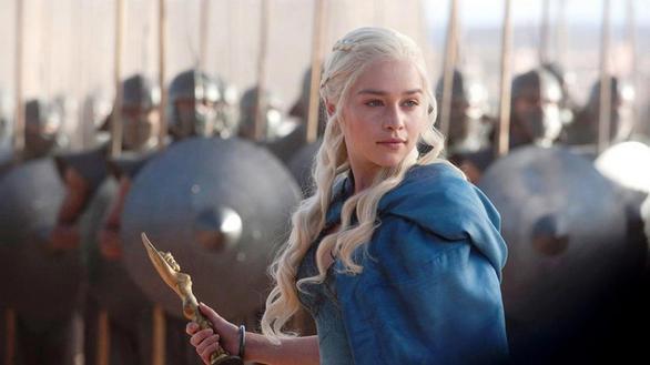 Η Καλίσι, ο απόλυτος και μη αναμενόμενος γυναικείος χαρακτήρας του Game of Thrones. Ξεκίνησε ως αδύναμο πλάσμα, αντάλλαγμα στρατιωτικής συμμαχίας από τον αδελφό της στον Καλ Ντρόγκο (Khal Drogo). Εξελίχθηκε στη μόνη αρχηγό φυλής, βασίλισσα ενός από τα ισχυρότερα βασίλεια και άξια διεκδικήτρια της αρχηγίας των 7 Βασιλείων. Όχι τυχαία μια από τις πιο αγαπημένες τηλεοπτικές φιγούρες των τελευταίων ετών!