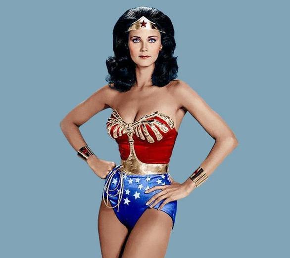 Μία από τις πρώτες υπερασπίστριες του καλού στην τηλεόραση, η Wonder Woman (Λίντα Κάρτερ) πριγκίπισσα- πολεμίστρια των Αμαζόνων της ελληνικής μυθολογίας προβαλλόταν για τρεις σεζόν στα μέσα της δεκαετίας του '70. Είχε στη διάθεσή της μία ευρεία γκάμα όπλων, όπως το Λάσο της Αλήθειας, ένα ζευγάρι άφθαρτα βραχιόλια, μια τιάρα που χρησίμευε ως ένα βλήμα και σε ορισμένα επεισόδια, ένα αόρατο αεροπλάνο, ενώ η στολή της έχει χαραχτεί στη μνήμη των τηλεθεατών.