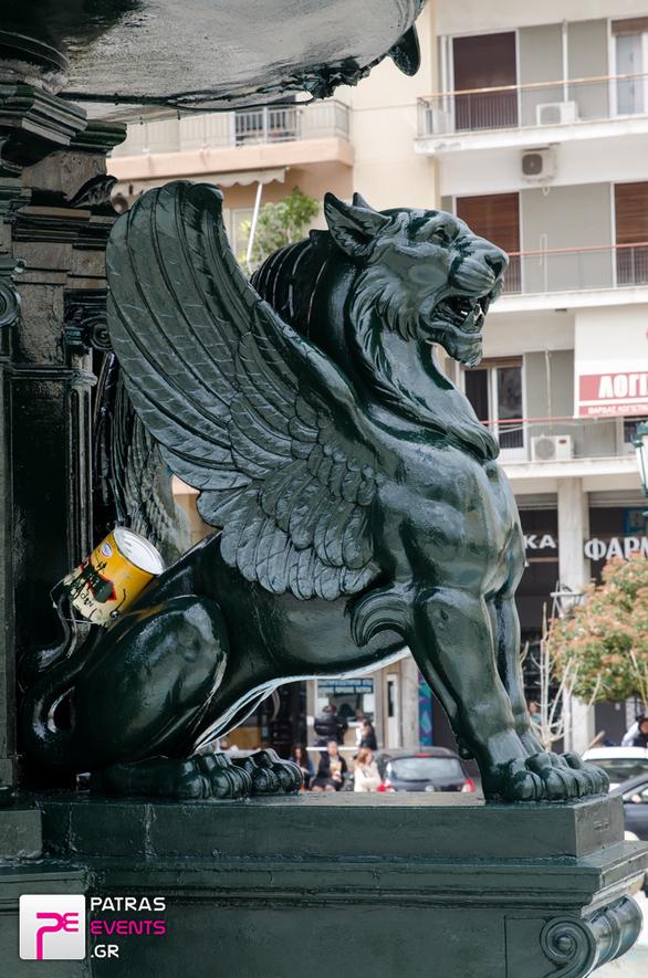 Τα συντριβάνια της πλατείας Γεωργίου και τα μπρούτζινα λιονταράκια, τώρα λάμπουν (pics)