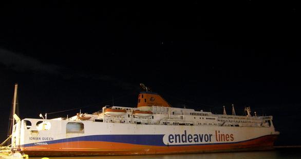 """Πάτρα: Αποχωρεί το πλοίο - «φάντασμα» του """"Ionian Queen"""" από τον μόλο της Αγίου Νικολάου"""
