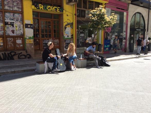 Γυρίζουν όλη την Ελλάδα και παίζουν μουσική... στους δρόμους! (pics+video)