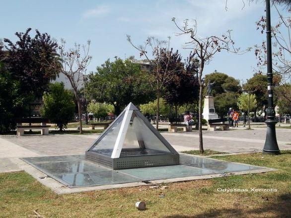 Οι… Φαραώ έφτασαν στα Ψηλαλώνια; - Η μίνι πυραμίδα που κεντρίζει τους περαστικούς (pic)