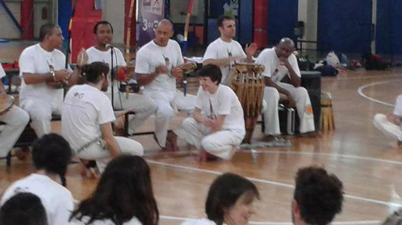 Ξεσήκωσαν όλη την Ρήγα Φεραίου με capoeira! (Δείτε video)