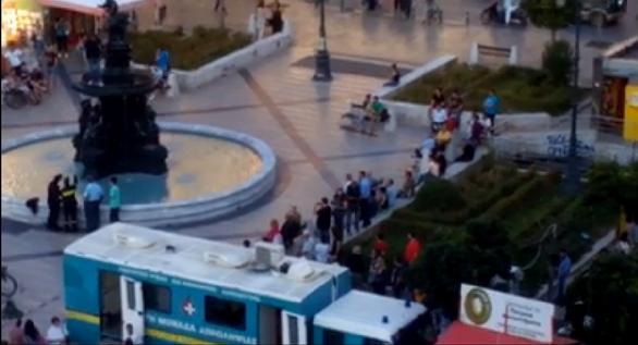 Πάτρα: Κατέβηκε ο άνδρας από το συντριβάνι της πλατείας Γεωργίου - Εικόνες και βίντεο από το σκηνικό