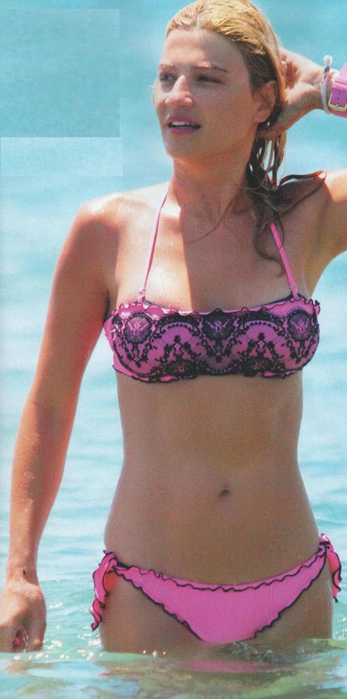 Φαίη Σκορδά  Μοιράζει… εγκεφαλικά στην παραλία με ροζ μπικίνι (ΦΩΤΟ ... 91fd3db9dd8