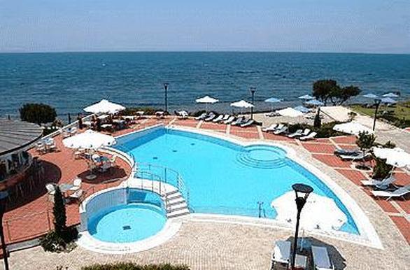Είσοδος 4 ευρώ για πισίνα και ξαπλώστρα, οποιαδήποτε άλλη παραγγελία δε συμπεριλαμβάνεται στην τιμή. 18.6 χλμ. από την Πάτρα στα Καμίνια Αχαΐας.