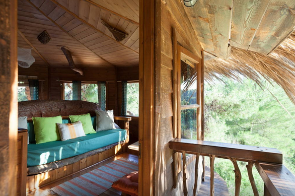 Δείτε ένα υπερλούξ δεντρόσπιτο κοντά στην Πάτρα που νοικιάζεται με 200€ τη μέρα!