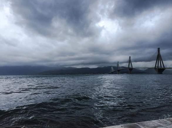 Τραγουδώντας στη βροχή - Όταν τα σύννεφα «αγκαλιάζουν» την Πάτρα (pics)