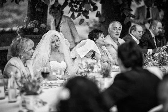 Λένε ότι το να βρέχει στο γάμο σου σημαίνει τύχη. Της συγκεκριμένης νύφης δεν της άρεσε καθόλου, όμως...