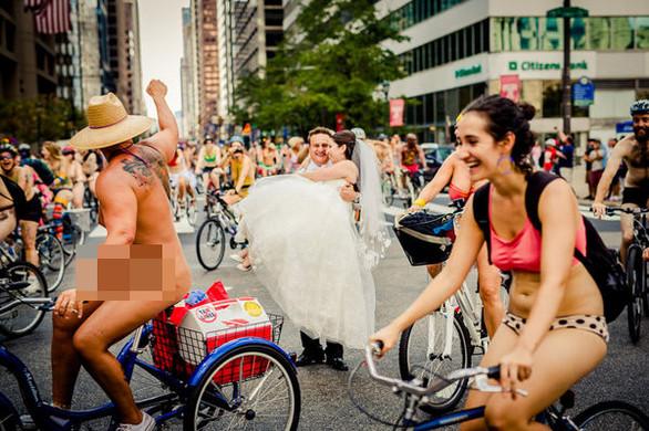 Ο γυμνός ποδηλάτης.