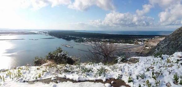 """Ακόμα και η παραλία της Καλόγριας έγινε """"άσπρη"""" - Δείτε φωτογραφίες"""