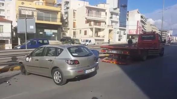 Τροχαίο στην Πάτρα - Αναποδογύρισε αυτοκίνητο στον κόμβο Κουρτέση