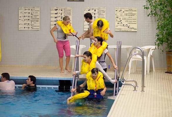 Τα μαθήματα που απαιτούν πισίνα γίνονται στο δημοτικό κολυμβητήριο της πόλης Hahn.